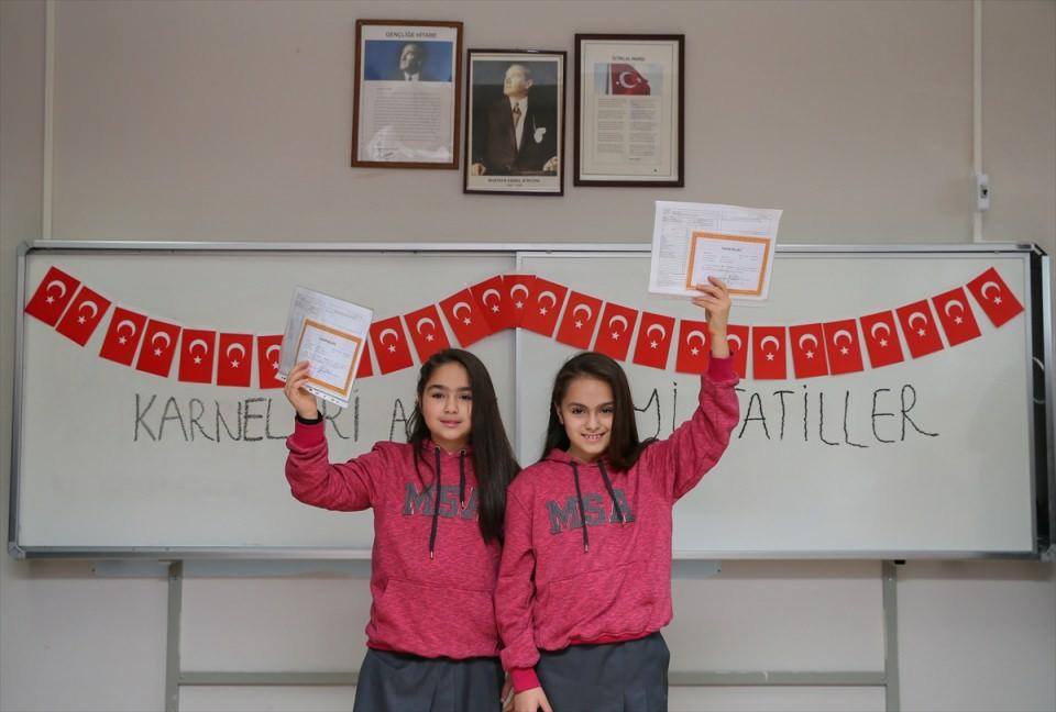 'İkizler okulu'nda karne sevinci
