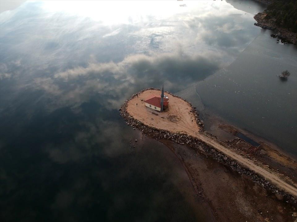 Gölün ortasındaki cami ibadete açıldı