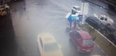 E-5'te kayan kamyonet dört araca böyle çarptı