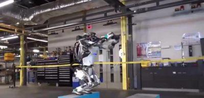 Dünyanın konuştuğu robot Atlas artık takla da atıyor!