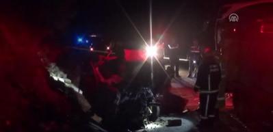 Otobüsle otomobil çarpıştı: 3 ölü, 12 yaralı