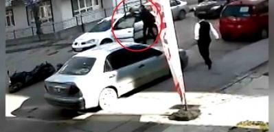 Otomobile sinirlenip kapıyı açtı, neye uğradığını şaşırdı!