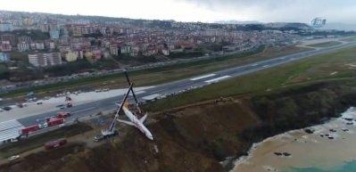Pistten çıkan uçak, bulunduğu yerden kurtarıldı