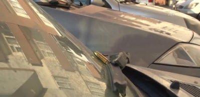 Site otoparkındaki 16 aracın üzerine mermi bırakıldı