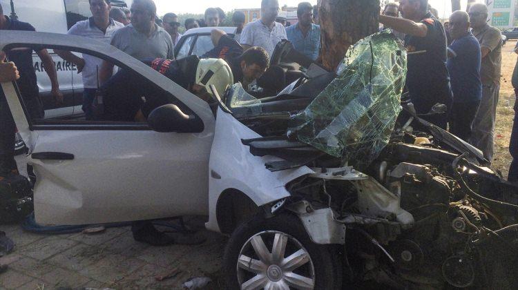 İzmir'de otomobil ağaca çarptı: 1 ölü, 1 yaralı