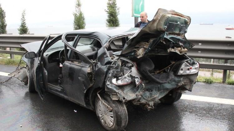 Feci kaza! 2 otomobille 1 tır birbirine girdi