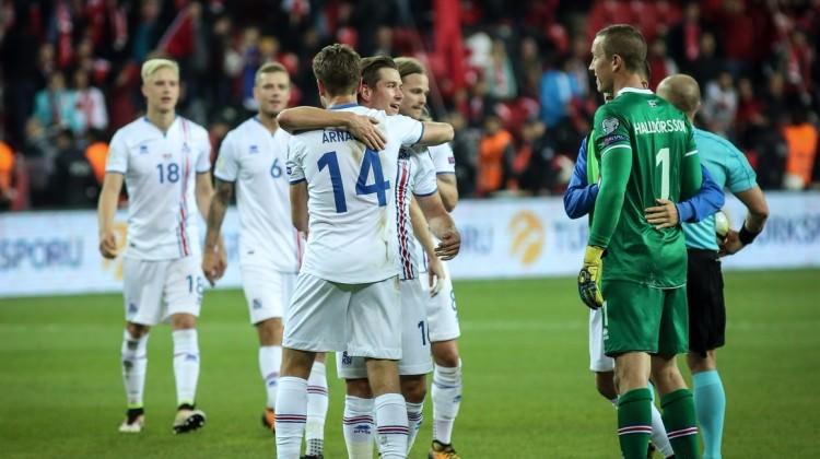 İzlandalılar Dünya Kupası biletini kutluyor