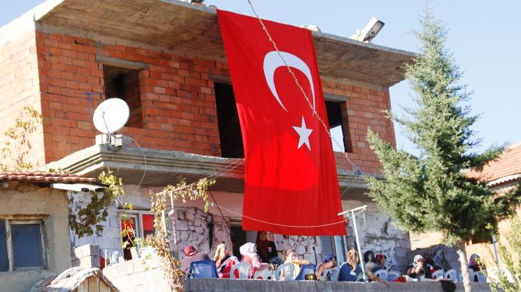 Şehit evinin önüne dev bayrak direği dikilecek..