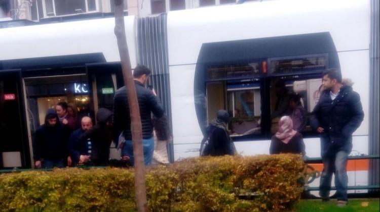 Tramvay ile servis aracı çarpıştı