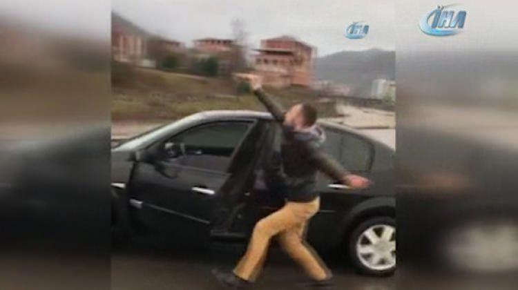 Arabadan indi, bagaja binip göbek attı