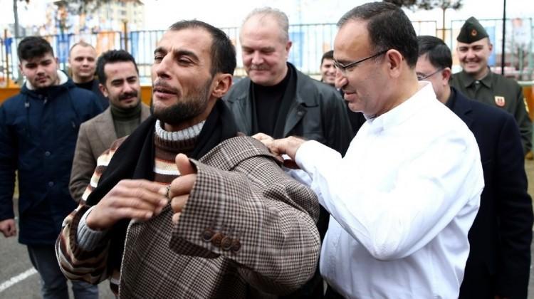 Bozdağ, ceketini vatandaşa hediye etti