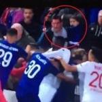 Kucağında çocuğuyla futbolculara daldı!