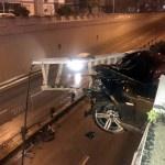 Antalya'da otomobil kavşak korkuluklarında asılı kaldı