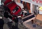Otomobil ikizlerin üstüne düştü