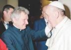 Papa'nın sağ kolu da eşcinsel çıktı